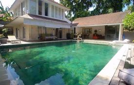 Property for sale in Kerobokan. Spacious furnished villa with a garden, a swimming pool, a parking and a private plot, Umalas, Bali