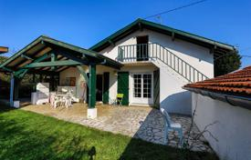 Property for sale in Anglet. Well-maintained two-level house with a garage in Anglet, Aquitaine, France
