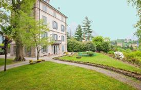 Residential for sale in Lecco. Beautiful historic villa near the seafront in the town of Malgrate, Italy