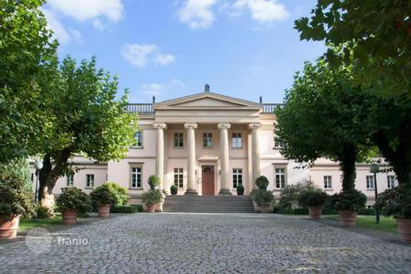 Houses with pools for sale in Frankfurt am Main. Estate with classical villa, summer house, swimming pool and large plot of land in Park Louisa, Sachsenhausen, Frankfurt