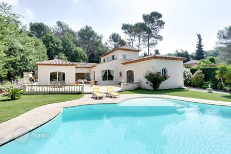 3 bedroom houses for sale in Côte d'Azur (French Riviera). Modern villa with garden, swimming pool and garage, in Roquefort-les-Pins, Provence-Alpes-Cote d`Azur, France