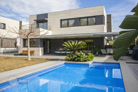 Houses with pools by the sea for sale in Sant Andreu de Llavaneres. Villa – Sant Andreu de Llavaneres, Catalonia, Spain