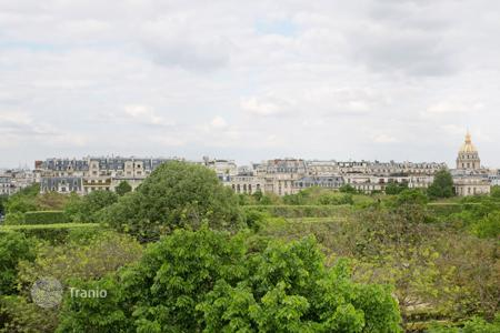 Luxury 5 bedroom apartments for sale in France. Paris 7th District – A top-floor apartment enjoying breathtaking views of the capital's major landmarks. Champ de Mars