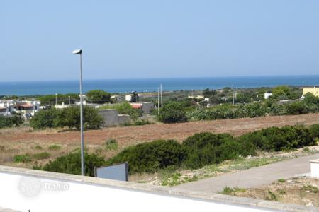 Apartments for sale in Torre Pali. 2 Cottages and land with sea Pescoluse (Marine of Salve)