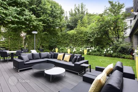 Luxury 4 bedroom houses for sale in Ile-de-France. Neuilly-sur-Seine – A superb property in a private street