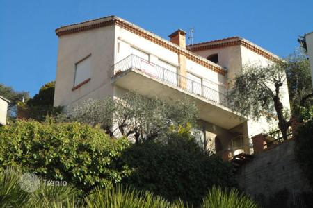 Coastal houses for sale in Ospedaletti. Three-storey villa with a garden and a sea view, close to the beach, Ospedaletti, Italy