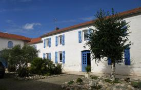 5 bedroom houses for sale in Occitanie. Traditional villa with a terrace, an attic and a landscaped garden, 25 minutes drive north of Tarbes, Hautes-Pyrénées, France