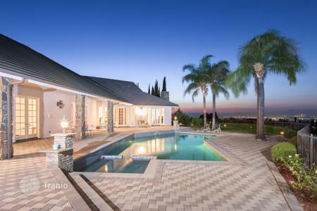 Luxury 6 bedroom houses for sale in North America. Villa in Los Angeles, USA. Large plot with a private driveway, a tennis court and a swimming pool