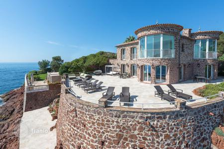 Luxury houses for sale in Saint-Raphaël. Villa with a swimming pool and two private exits to the sea, close to Cannes, France