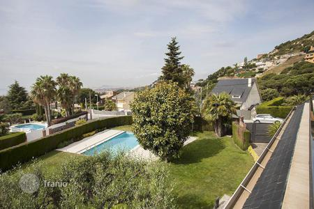 Houses with pools for sale in Badalona. Luxurious house in a private residential area