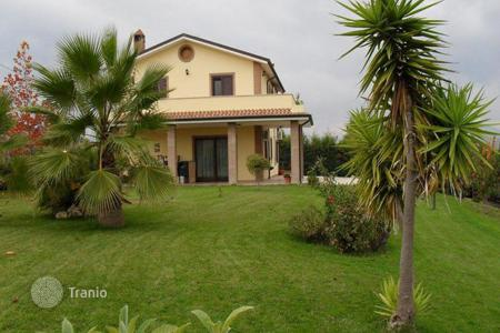 Property for sale in Atri. Villa with terrace and panoramic views of the sea and the mountains, 10 minutes from the beach in Atri, Abruzzo, Italy