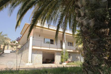 Coastal chalets for sale in Catalonia. Beautiful house in Los Pinares