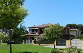 Coastal houses for sale in Tuscany. Elegant villa in Marina di Pietrasanta, just 500 meters from the beach