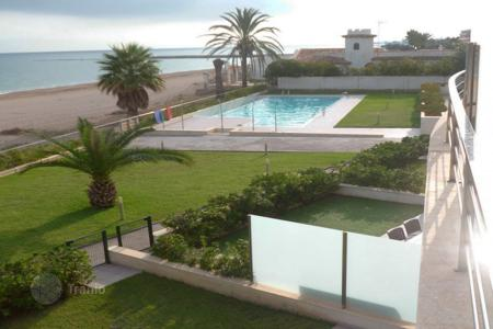 Property for sale in Denia. Apartment with terraces in a residence with swimming pool, tennis court and parking, on the seafront, in Denia, Spain
