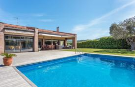Property for sale in Sant Feliu de Guixols. Elegant villa with a pool, a veranda and a garden, in a quiet area, Sant Feliu de Guixols, Spain