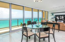 Property for sale in North America. Apartment with 3 bedrooms and terrace in a condominium on the first line of the ocean on the famous Ocean Drive in Miami Beach