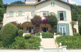 Luxury houses with pools for sale in Grasse. Villa with a swimming pool, Grasse, France