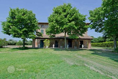 Houses for sale in Castiglione del Lago. Adorable Umbrian stone country house with a wonderful panoramic view of the hills surrounding Castiglione del Lago