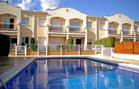Coastal townhouses for sale in Castell Platja d'Aro. Two-storey townhouse with a terrace, a balcony and a communal pool, 800 meters from the beach, Castell Platja d'Aro, Spain