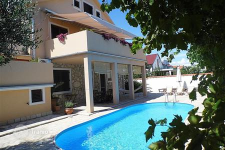 Coastal houses for sale in Zadar. House with 3 apartments and a swimming pool