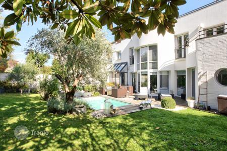 Residential for sale in Suresnes. Suresnes – A near 270 m² architect-designed property with a garden