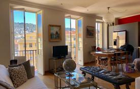 2 bedroom apartments by the sea for sale in Nice. Nice Port, Nice 3 room apartment with south facing balcony and view of the port