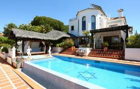 4 bedroom houses for sale in Marbella. Beautiful villa with seaviews and guest house in Marbesa, Las Chapas!