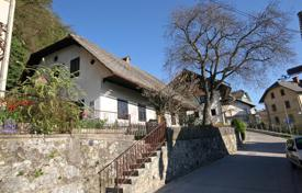This is a lovely cottage, situated in the heart of Bled, just a few hundred meters from the lake for 355,000 €