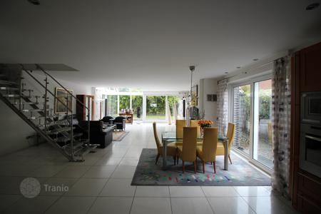5 bedroom houses for sale in Germany. Two-level villa with a winter garden and a garage in Duisburg, Bavaria, Germany