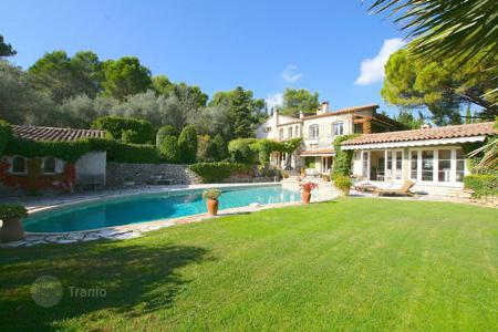 Houses for sale in Grasse. Beautiful property at the entrance of Mougins with a park of 1,5 hectares
