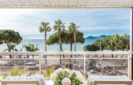 2 bedroom apartments by the sea for sale in Provence - Alpes - Cote d'Azur. Cannes — Croisette — Apartment with a beautiful sea view