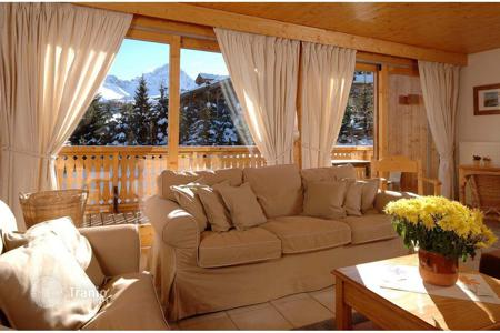 6 bedroom villas and houses to rent in Auvergne-Rhône-Alpes. Cozy chalet with a jacuzzi, a sauna and an elevator, near the slope and the center of the town, Courchevel, France