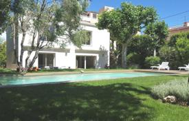 4 bedroom villas and houses by the sea to rent overseas. Brand new villa to rent at the edge of Cap d'Antibes