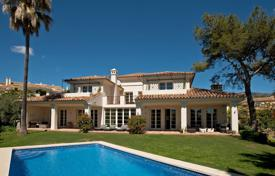 Luxury 4 bedroom houses for sale in Marbella. Villa for sale in Altos Reales, Marbella Golden Mile