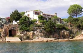 Property for sale in San Teodoro. The Villa with direct access to the sea on the water
