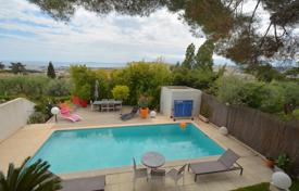 3 bedroom houses for sale in Côte d'Azur (French Riviera). At the beginning of Fleurie, villa in perfect condition, south facing and quiet with a pool