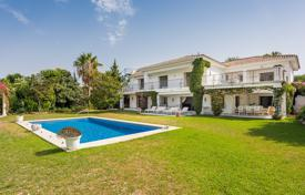 Houses with pools for sale in El Paraíso. Impressive Villa in El Paraiso Barronal, Estepona