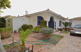 Spacious villa with a private garden, a swimming pool, a parking, a guest house and a terrace, Marbella, Spain for 650,000 €
