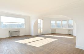 Property for sale in 15th arrondissement of Paris. Paris 15th District – A near 160 m² apartment enjoying a panoramic view