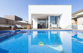 Houses for sale in L'Escala. Two-storey villa with a fireplace, a pool and a terrace, close to the beach and the city center, L'Escala, Spain