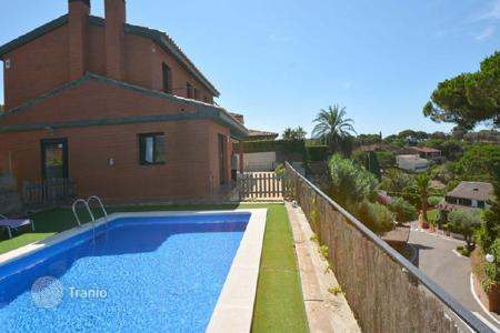 4 bedroom houses by the sea for sale in Catalonia. Townhome – Caldes d'Estrac, Catalonia, Spain