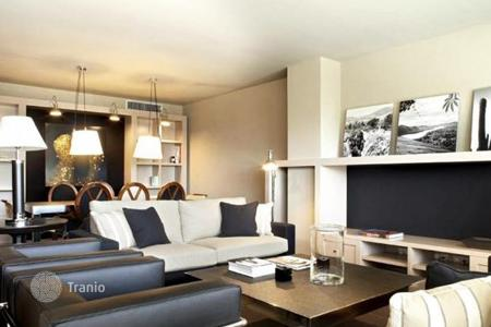 Apartments with pools for sale in Barcelona. The apartment is in an exclusive residential area of Sant Gervasi