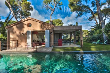 Luxury houses with pools for sale in Antibes. Villa – Cap d'Antibes, Antibes, Côte d'Azur (French Riviera),  France