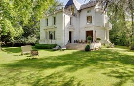 6 bedroom houses for sale in Vaucresson. Vaucresson – A magnificent private mansion in a beautiful garden