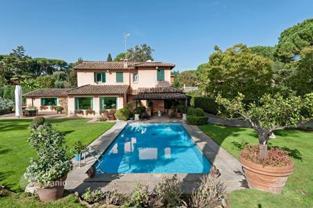 Luxury houses with pools for sale in Lazio. Villa with pool and parkland surrounded by the Aurelian Walls