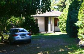 Property for sale in Luino. Bright villa with a terrace and a huge plot, near the city center, Luino, Lombardy, Italy