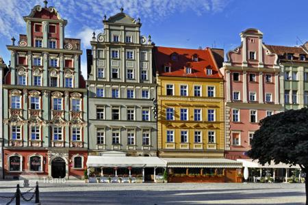 Apartments with pools for sale in Germany. Two-room apartment with balcony in Sharlottenburg. Yield of 2,6%