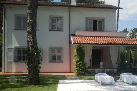 4 bedroom villas and houses by the sea to rent in Forte dei Marmi. Villa – Forte dei Marmi, Tuscany, Italy