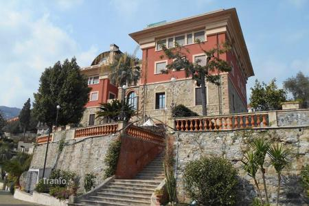 Apartments for sale in Alassio. Delightful apartment in a historic villa overlooking the sea in Alassio