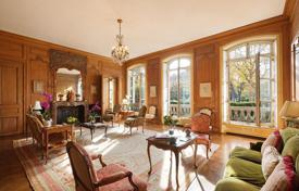 Apartments with pools for sale in Ile-de-France. Duplex in a historical building with a view of the Eiffel Tower, private garden and swimming pool, Champs Elysees, Paris
